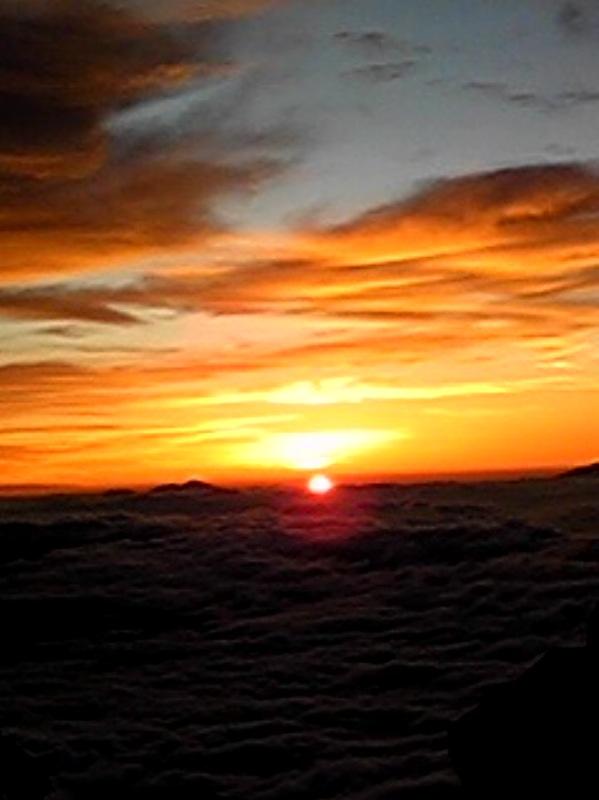 御嶽山山頂からご来光です